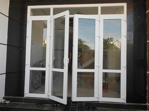 cửa đi mở quay 4 cánh xingfa màu trắng